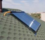 Термосифонный солнечный водонагреватель, установленный на крыше дома