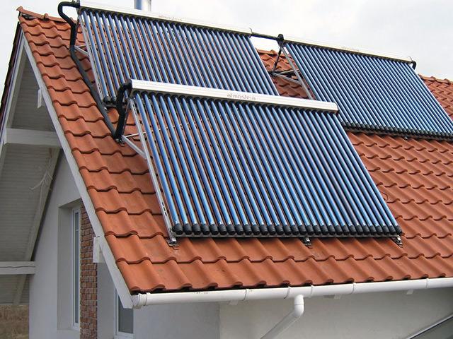 Вакуумные коллекторы размещенные на крыше дома