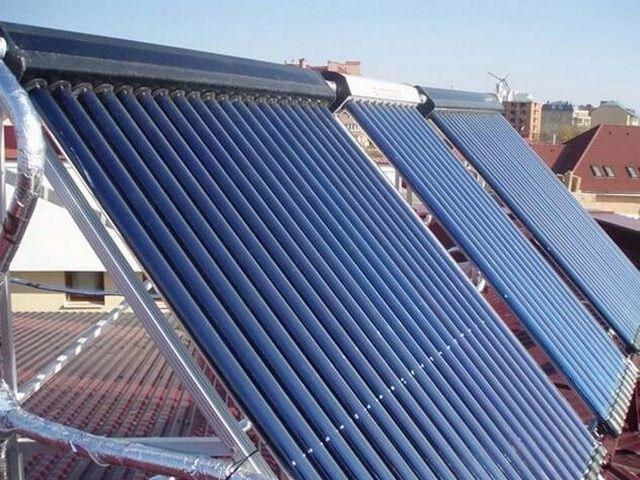 Вакуумные солнечные коллекторы, установленные на крыше под углом