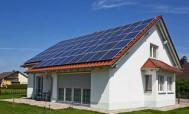 Солнечные батареи, установленные на крыше частного дома